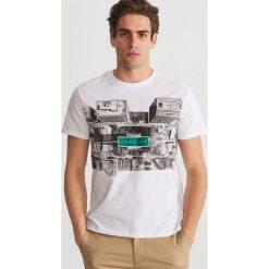 T-shirt z nadrukiem - Biały. T-shirty damskie marki bonprix. Za 59.99 zł.