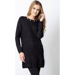 Czarny długi sweter z ozdobnym dekoltem QUIOSQUE. Czarne swetry damskie QUIOSQUE, z jeansu. W wyprzedaży za 99.99 zł.