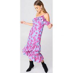 NA-KD Sukienka z odkrytymi ramionami - Pink,Blue,Multicolor. Sukienki damskie NA-KD Trend, z materiału, boho, z asymetrycznym kołnierzem. Za 161.95 zł.