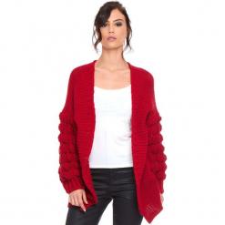 """Kardigan """"Shai"""" w kolorze czerwonym. Czerwone kardigany damskie Cosy Winter, ze splotem. W wyprzedaży za 181.95 zł."""