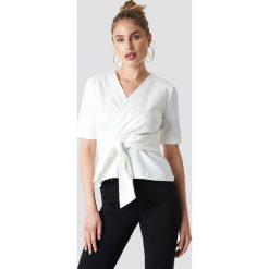 MANGO T-shirt Savana - White. Białe t-shirty damskie Mango, w paski, z kopertowym dekoltem. Za 121.95 zł.