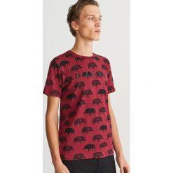 T-shirt z nadrukiem - Bordowy. Czerwone t-shirty męskie Reserved, z nadrukiem. Za 49.99 zł.