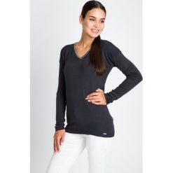 Grafitowy sweter ze srebrną lamówką QUIOSQUE. Szare swetry damskie QUIOSQUE, z dzianiny, z dekoltem w serek. W wyprzedaży za 79.99 zł.