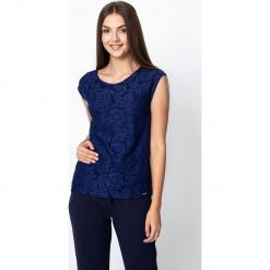 Granatowa bluzka z koronką QUIOSQUE. Szare bluzki damskie QUIOSQUE, w koronkowe wzory, z dzianiny, eleganckie. W wyprzedaży za 89.99 zł.
