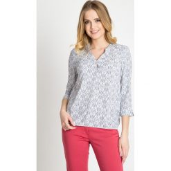 Jasna bluzka z orientalnym motywem QUIOSQUE. Białe bluzki damskie QUIOSQUE, z tkaniny, klasyczne, z dekoltem w serek. W wyprzedaży za 96.00 zł.
