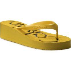 Japonki CALVIN KLEIN JEANS - Tamber R4117 Yellow/Black. Żółte klapki damskie Calvin Klein Jeans, w paski, z jeansu. W wyprzedaży za 149.00 zł.