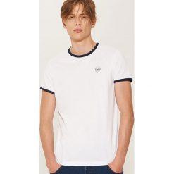 T-shirt z kontrastowym obszyciem - Biały. Białe t-shirty męskie House, z kontrastowym kołnierzykiem. Za 35.99 zł.