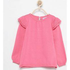 Sweter z falbankami przy ramionach - Różowy. Swetry damskie marki bonprix. W wyprzedaży za 19.99 zł.