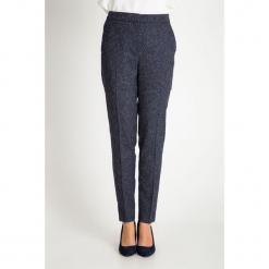 Granatowe spodnie na kant QUIOSQUE. Białe spodnie materiałowe damskie QUIOSQUE, melanż, z tkaniny. W wyprzedaży za 99.99 zł.