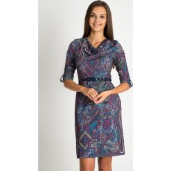 Sukienka z orientalnym wzorem z dekoltem woda QUIOSQUE. Fioletowe sukienki damskie QUIOSQUE, z nadrukiem, z dzianiny, wizytowe, z dekoltem na plecach, z długim rękawem. W wyprzedaży za 139.99 zł.