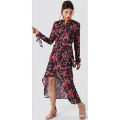 NA-KD Trend Asymetryczna sukienka z wiązaniem - Black,Multicolor. Czarne sukienki damskie NA-KD Trend, z asymetrycznym kołnierzem, z długim rękawem. Za 161.95 zł.