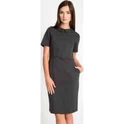 Czarna elegancka sukienka z kołnierzykiem QUIOSQUE. Czarne sukienki damskie QUIOSQUE, z dzianiny, biznesowe, z dekoltem na plecach, z krótkim rękawem. W wyprzedaży za 59.99 zł.