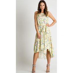 Sukienka w wiosenne kwiaty z paskiem BIALCON. Żółte sukienki damskie BIALCON, na lato, w kwiaty, z asymetrycznym kołnierzem. Za 299.00 zł.