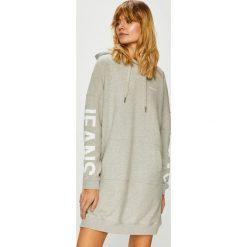 Calvin Klein Jeans - Sukienka. Szare sukienki damskie Calvin Klein Jeans, z nadrukiem, z bawełny, casualowe, z kapturem. Za 539.90 zł.