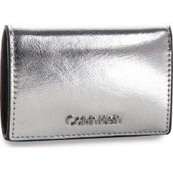 Mały Portfel Damski CALVIN KLEIN - Small Wallet Met K60K604961 067. Szare portfele damskie Calvin Klein, ze skóry ekologicznej. Za 229.00 zł.
