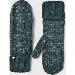 New Balance - Rękawiczki. Czerwone rękawiczki damskie New Balance, z dzianiny. W wyprzedaży za 84.90 zł.