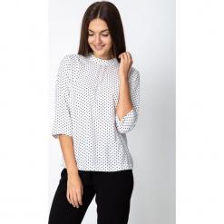 Bluzka w groszki z rękawem 3/4 QUIOSQUE. Białe bluzki damskie QUIOSQUE, w grochy, z tkaniny, biznesowe, z kokardą. Za 139.99 zł.