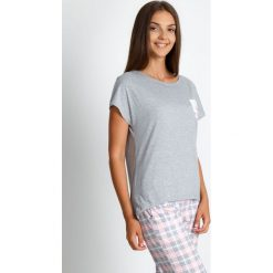 Piżama w pastelową kratę QUIOSQUE. Czerwone piżamy damskie QUIOSQUE, w kratkę, z bawełny, z długim rękawem. Za 99.99 zł.