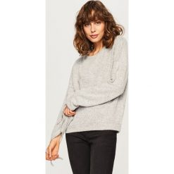 Sweter z wiązanymi rękawami - Jasny szar. Szare swetry damskie Reserved. W wyprzedaży za 29.99 zł.