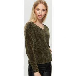 Szenilowy sweter z dekoltem - Khaki. Brązowe swetry damskie Cropp. W wyprzedaży za 29.99 zł.