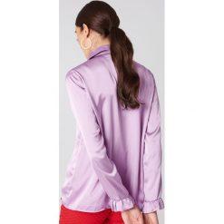 NA-KD Satynowa koszula - Purple. Fioletowe koszule damskie NA-KD Trend, z poliesteru, z falbankami. W wyprzedaży za 85.37 zł.