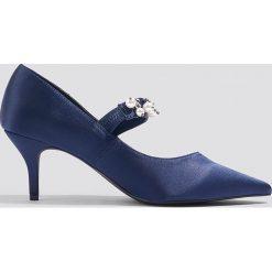 NA-KD Shoes Satynowe czółenka ze zdobionym paskiem - Blue. Czółenka damskie marki bonprix. W wyprzedaży za 54.58 zł.