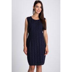 Granatowa sukienka z haftem QUIOSQUE. Szare sukienki damskie QUIOSQUE, na lato, z haftami, z bawełny, wakacyjne, z okrągłym kołnierzem, na ramiączkach. W wyprzedaży za 79.99 zł.