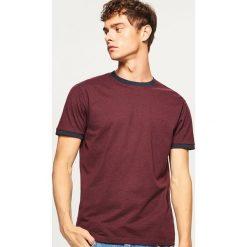 T-shirt z kontrastową lamówką - Bordowy. Czerwone t-shirty męskie Reserved, z kontrastowym kołnierzykiem. Za 29.99 zł.