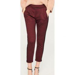Spodnie z lampasem - Bordowy. Czerwone spodnie materiałowe damskie Reserved. Za 79.99 zł.