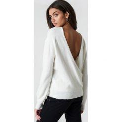 NA-KD Trend Dzianinowy sweter z kopertowym tyłem - Offwhite. Szare swetry damskie NA-KD Trend, z dzianiny, z kopertowym dekoltem. Za 121.95 zł.