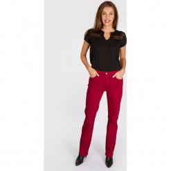 """Dżinsy """"Omar"""" - Regular fit - w kolorze czerwonym. Czerwone jeansy damskie Scottage. W wyprzedaży za 86.95 zł."""