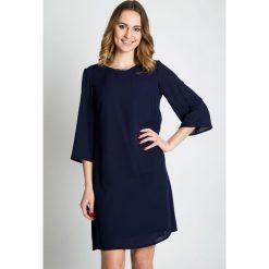 Granatowa luźna sukienka z rękawem 3/4 BIALCON. Niebieskie sukienki damskie BIALCON, z tkaniny, eleganckie, z kopertowym dekoltem. W wyprzedaży za 220.00 zł.