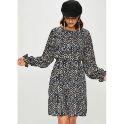 Only - Sukienka Lara. Szare sukienki damskie Only, w paski, z poliesteru, casualowe, z okrągłym kołnierzem. Za 169.90 zł.