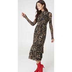 NA-KD Trend Siateczkowa sukienka z falbanami Leo - Multicolor. Szare sukienki damskie NA-KD Trend, ze stójką, z długim rękawem. Za 242.95 zł.
