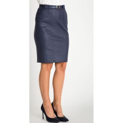 Granatowa połyskująca spódnica z kieszeniami QUIOSQUE. Niebieskie spódnice damskie QUIOSQUE, w jednolite wzory, ze skóry ekologicznej, biznesowe. W wyprzedaży za 99.99 zł.