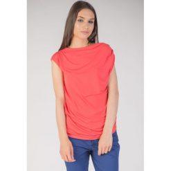 Czerwona bluzka z marszczonymi rękawami QUIOSQUE. Czerwone bluzki damskie QUIOSQUE, z dzianiny, eleganckie, z asymetrycznym kołnierzem, z krótkim rękawem. W wyprzedaży za 59.99 zł.