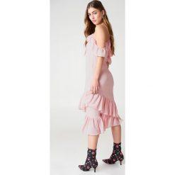 NA-KD Sukienka z odkrytymi ramionami - Pink. Sukienki damskie NA-KD Trend, z poliesteru, boho, z asymetrycznym kołnierzem. Za 161.95 zł.