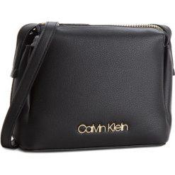 Torebka CALVIN KLEIN - Step Up Small Crossb K60K604289 001. Czarne listonoszki damskie Calvin Klein, ze skóry ekologicznej. W wyprzedaży za 359.00 zł.
