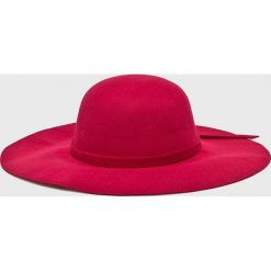 Answear - Kapelusz. Czerwone czapki i kapelusze damskie ANSWEAR, z poliesteru. W wyprzedaży za 47.90 zł.