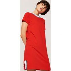 Sportowa sukienka z napisem - Czerwony. Czerwone sukienki damskie House, z napisami, sportowe. Za 69.99 zł.