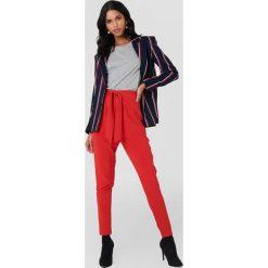 NA-KD Eleganckie spodnie z wiązaniem - Red. Czerwone spodnie materiałowe damskie NA-KD, z poliesteru. Za 161.95 zł.