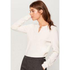 Sweter z biżuteryjnym detalem - Kremowy. Swetry damskie marki bonprix. W wyprzedaży za 49.99 zł.