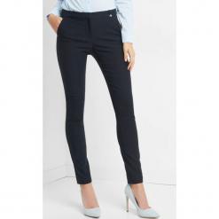 Dopasowane spodnie w kant. Niebieskie spodnie materiałowe damskie Orsay, z haftami, z elastanu. Za 79.99 zł.