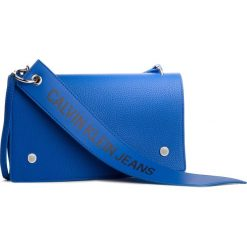 Torebka CALVIN KLEIN JEANS - Logo Banner Shoulder Flap Bag K40K400823 455. Niebieskie listonoszki damskie Calvin Klein Jeans, z jeansu. Za 449.00 zł.
