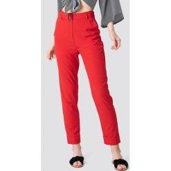 NA-KD Spodnie z paskiem Turn Up - Red. Czerwone spodnie materiałowe damskie NA-KD, z haftami, z poliesteru. Za 121.95 zł.