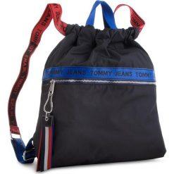 Plecak TOMMY JEANS - Tj Logo Tape Drawstr AU0AU00245 902. Czarne plecaki damskie Tommy Jeans, z jeansu, sportowe. Za 399.00 zł.