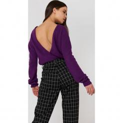 NA-KD Trend Dzianinowy sweter z kopertowym tyłem - Purple. Fioletowe swetry damskie NA-KD Trend, z dzianiny, z kopertowym dekoltem. W wyprzedaży za 36.59 zł.