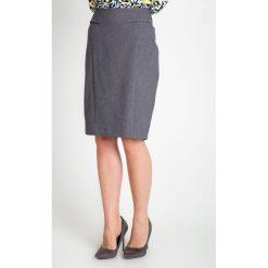 Szara elegancka spódnica QUIOSQUE. Szare spódnice damskie QUIOSQUE, w kropki, z satyny, biznesowe. W wyprzedaży za 59.99 zł.