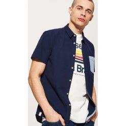Koszula z kontrastową kieszonką - Granatowy. Niebieskie koszule męskie House, z kontrastowym kołnierzykiem. Za 69.99 zł.
