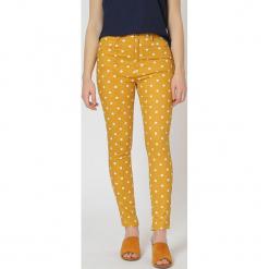 Spodnie w kolorze żółtym. Żółte spodnie materiałowe damskie TrakaBarraka, w kropki. W wyprzedaży za 119.95 zł.